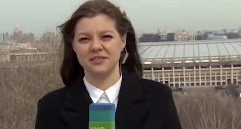 俄记者直播时被狗狗抢走话筒,现场上演追狗大战